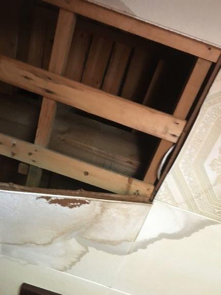 ボロ戸建 雨漏れで天井が落ちている