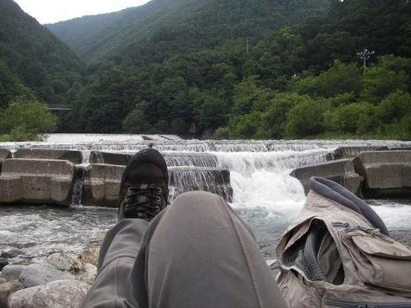 河原に座る