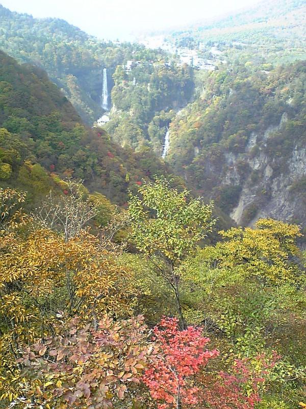 華厳の滝。奥に見えるのは中禅寺湖