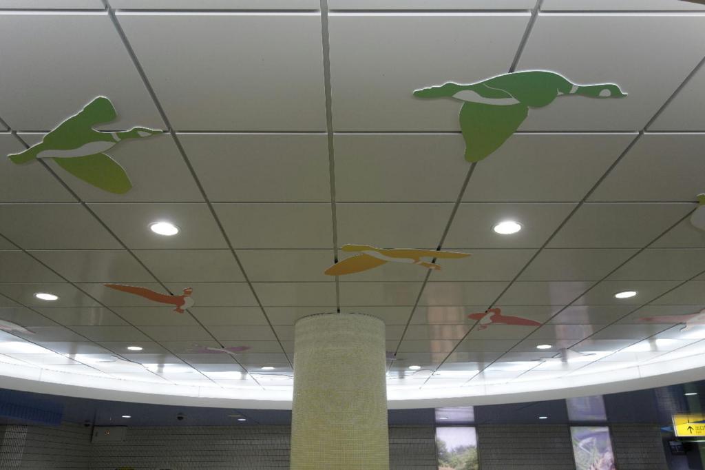 天井に描かれる優雅に飛ぶ鳥