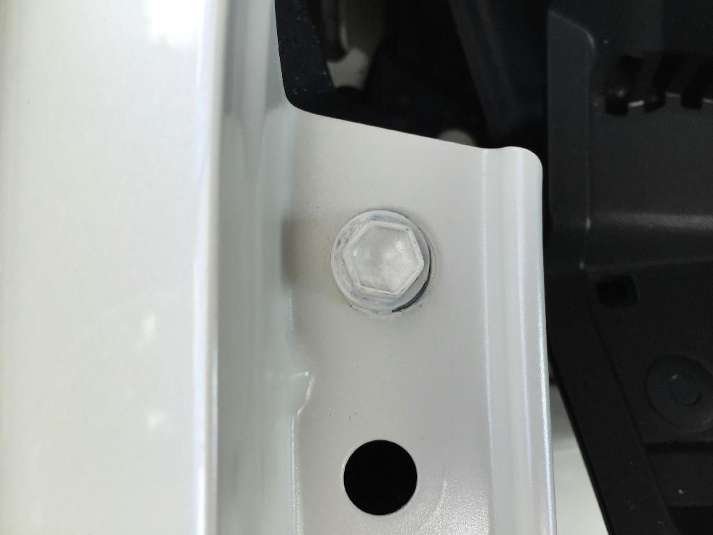 ZVW30プリウスのフェンダー部のボルトに塗装をした跡
