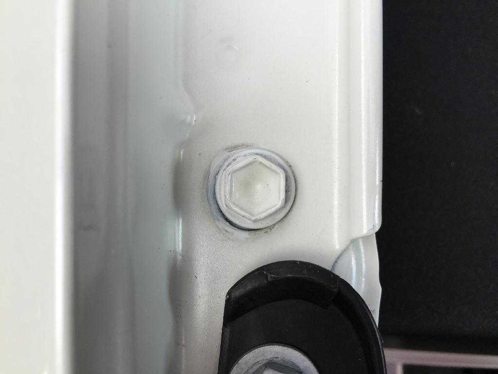 ZVW30プリウスのフェンダー部のボルトを拡大