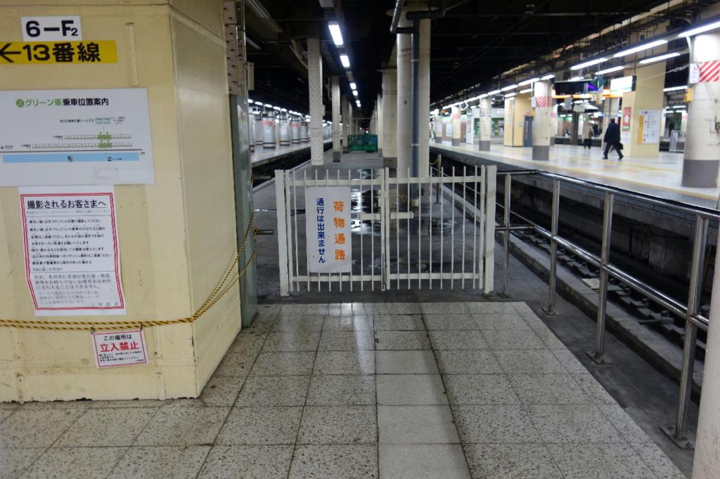 上野駅13番線ホーム横の荷物通路