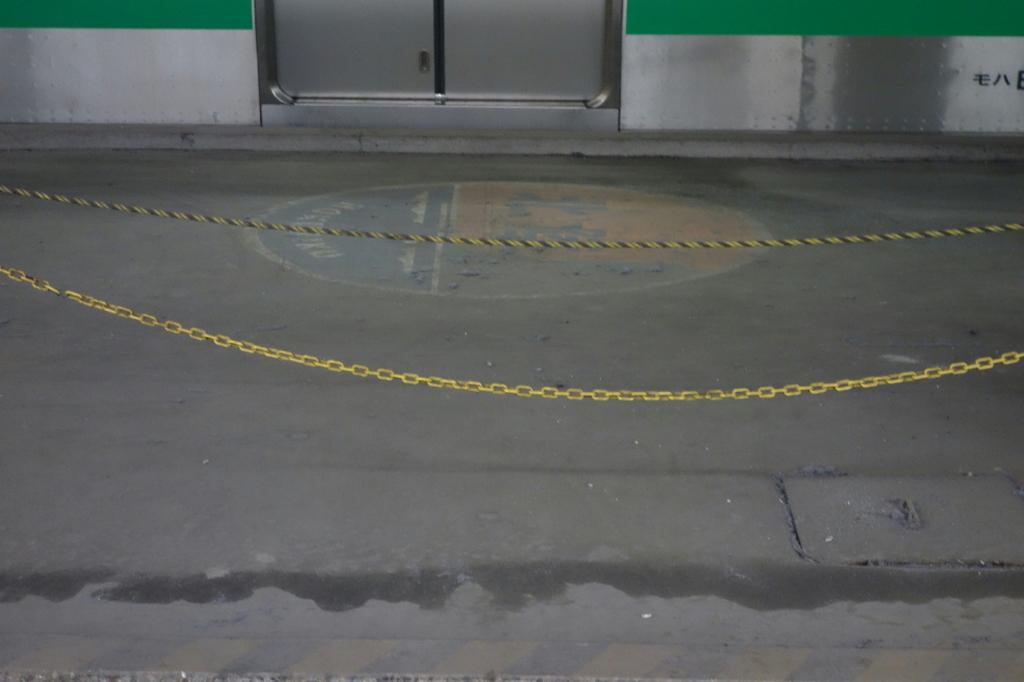 荷物通路に描かれる北陸ヘッドマーク