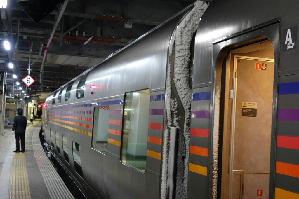 雪を付けて仙台駅に停車するカシオペア