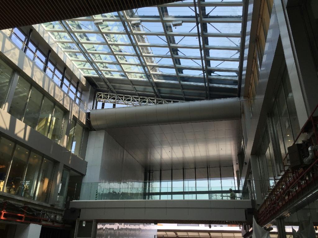 新仙台駅東西自由通路の開放感ある吹き抜け