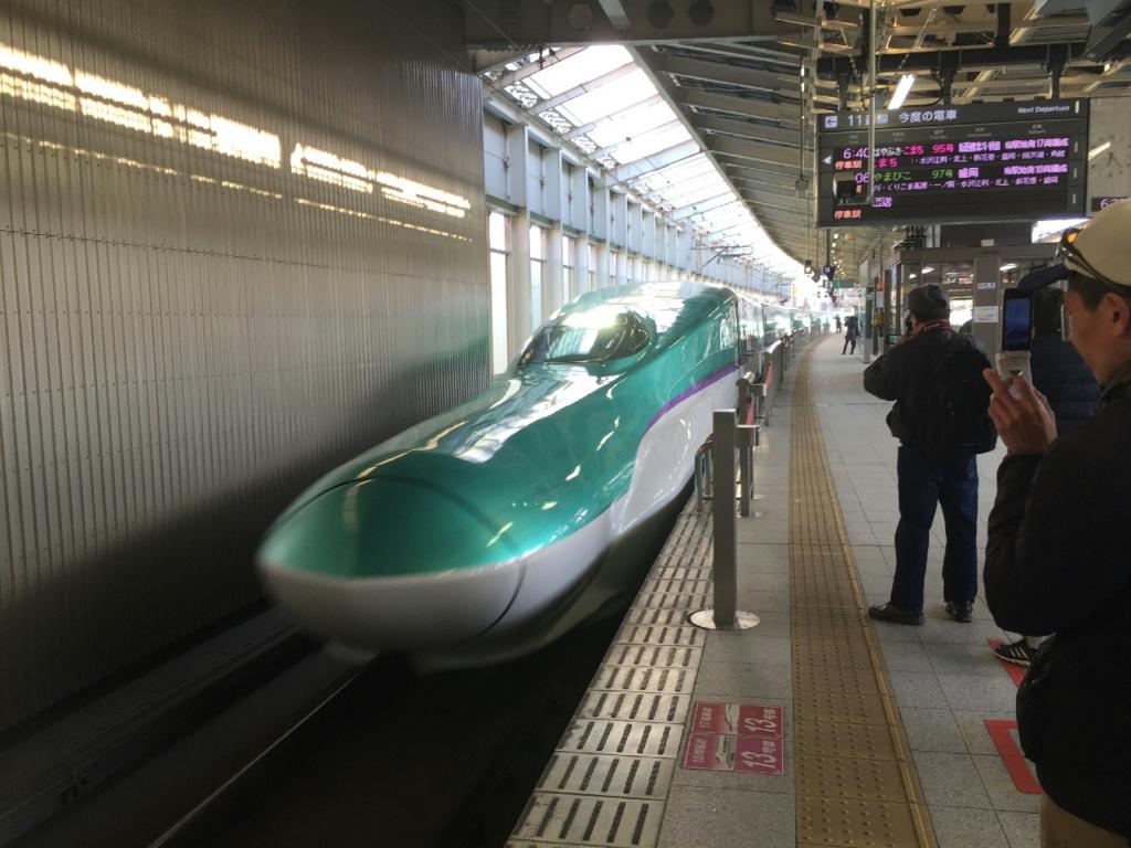 仙台駅に入線する新型車両H5系