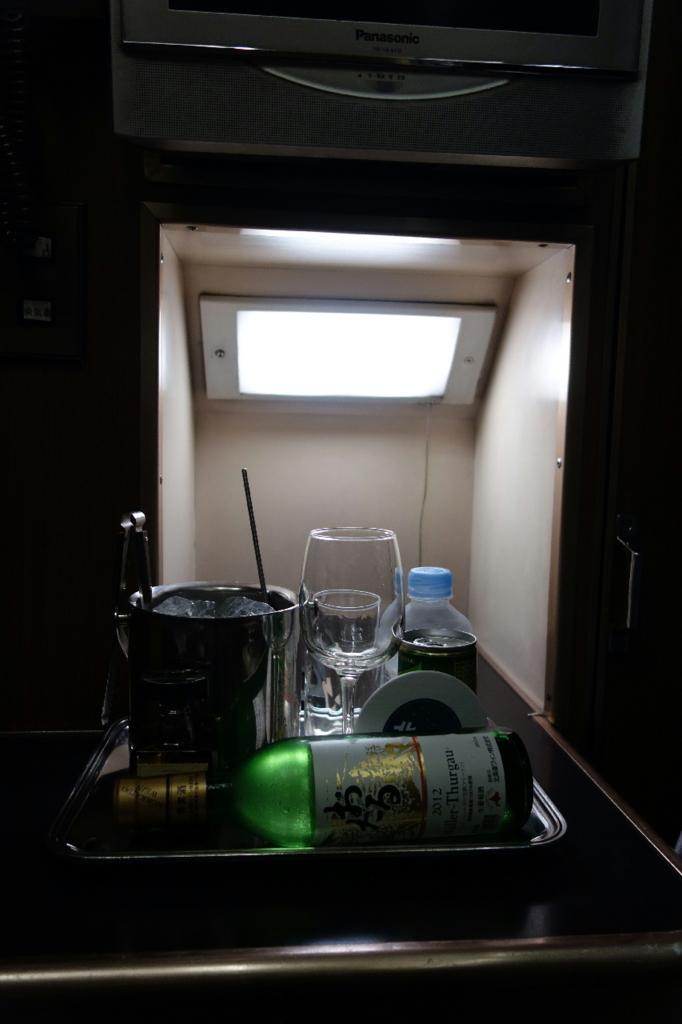 北斗星9号車A寝台個室ロイヤルの照明とウェルカムドリンク一式