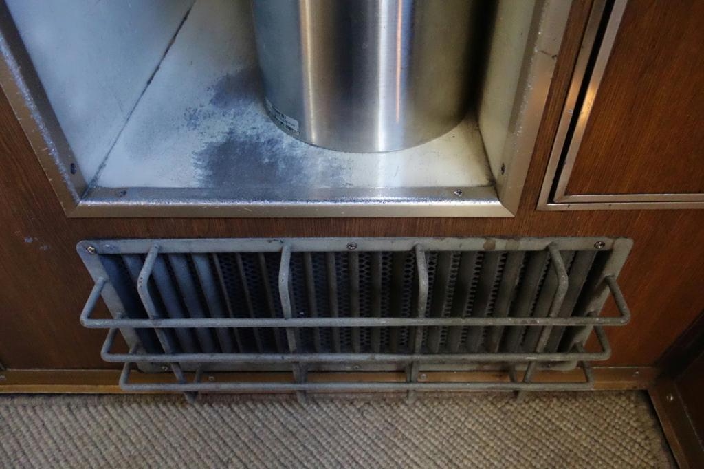 北斗星9号車A寝台個室ロイヤルの暖房送風口とゴミ箱