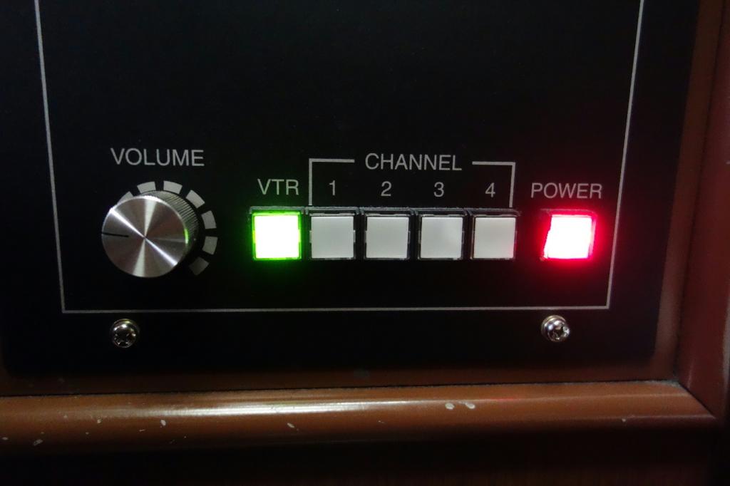 北斗星9号車A寝台個室ロイヤルの押下すると光る音響機器用スイッチ