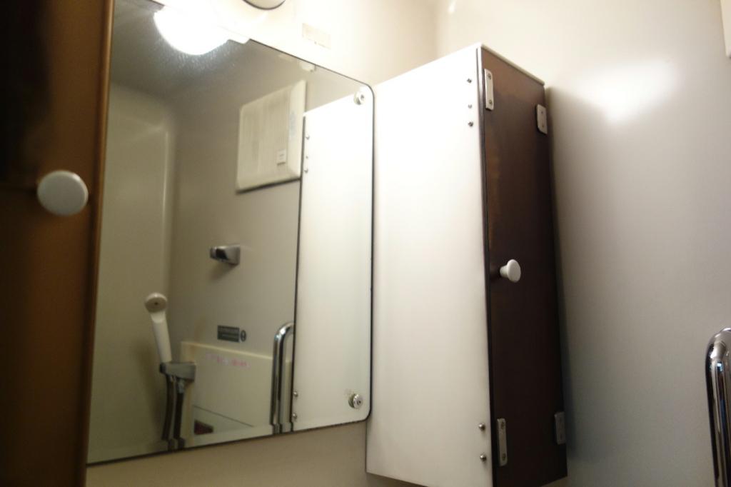 北斗星9号車A寝台個室ロイヤルの洗面台の棚
