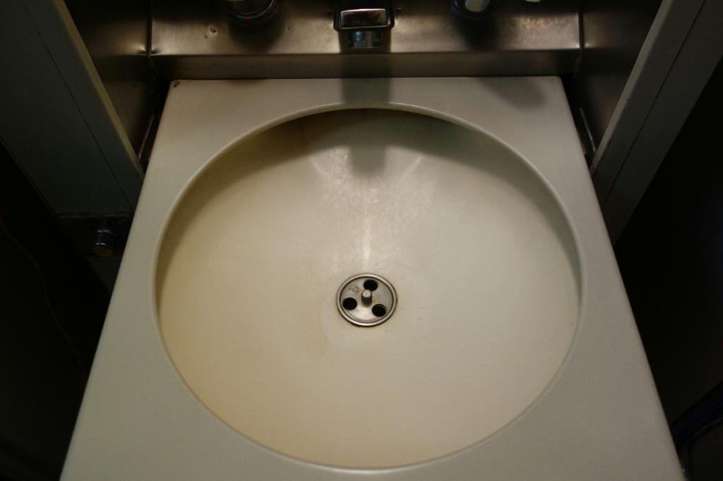 北斗星9号車A寝台個室ロイヤルの開いた状態の洗面台