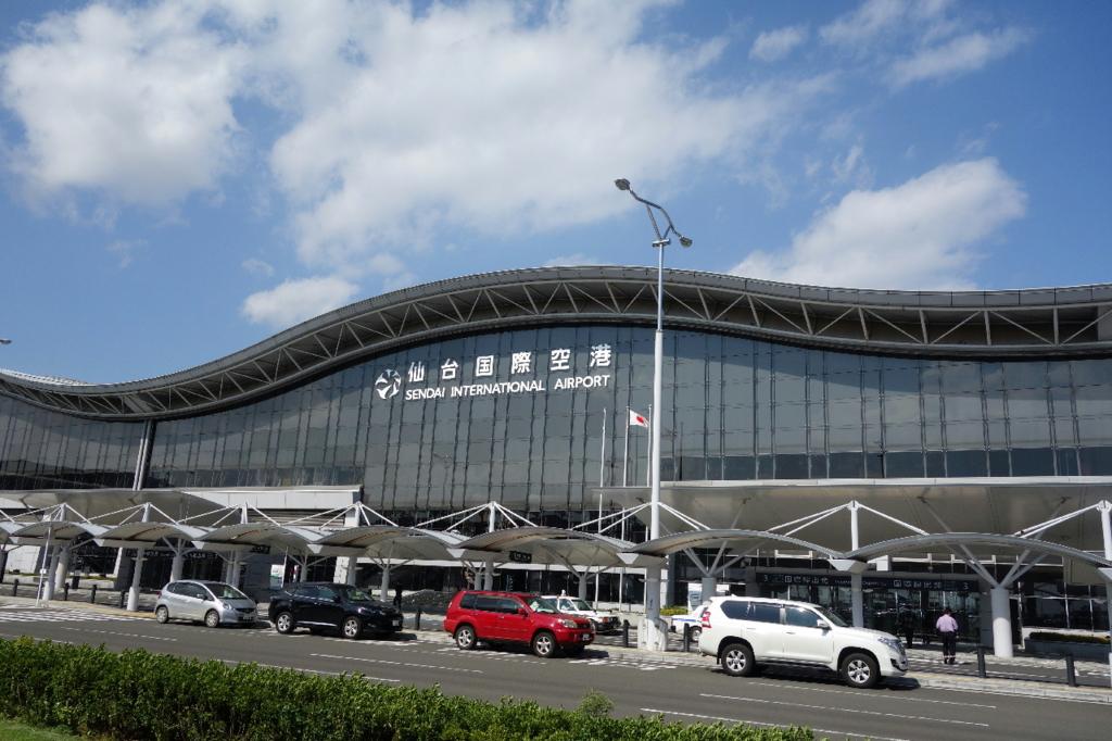 屋根が波のようにデザインされている仙台国際空港ターミナルビル