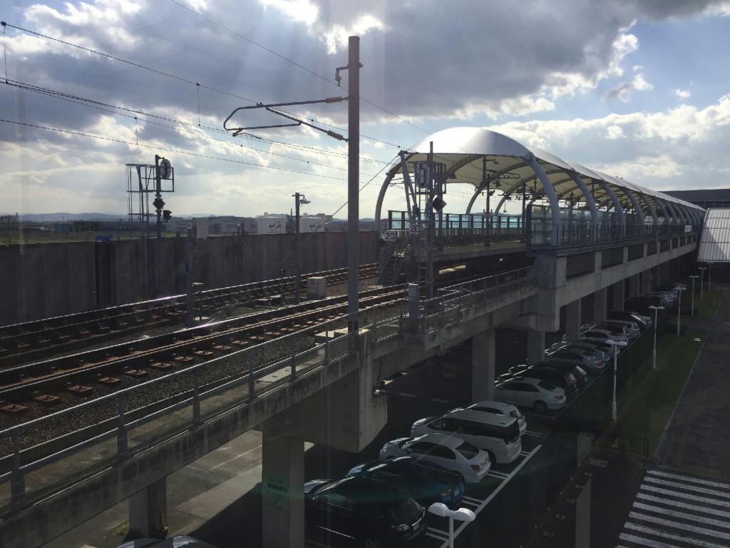 駐車場からターミナルビルへの連絡歩道橋から見る仙台空港駅