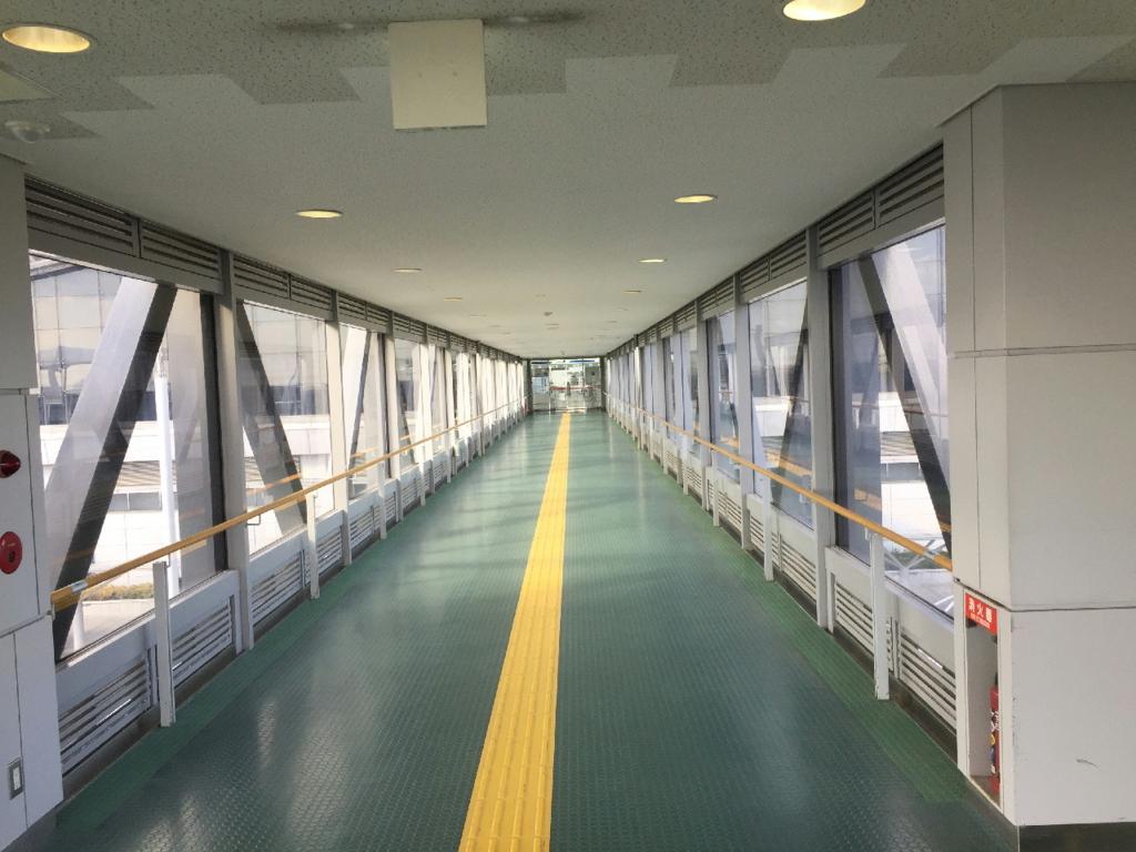 駐車場からターミナルビルへの連絡歩道橋
