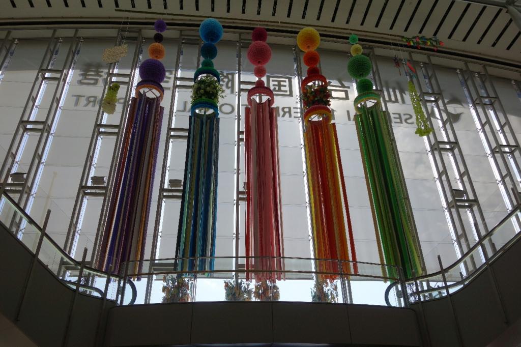 仙台国際空港ターミナルビル1階から見える大きな七夕飾り