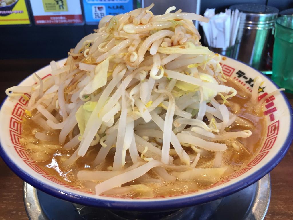 野菜が積まれたラーメンビリー多賀城店のラーメン