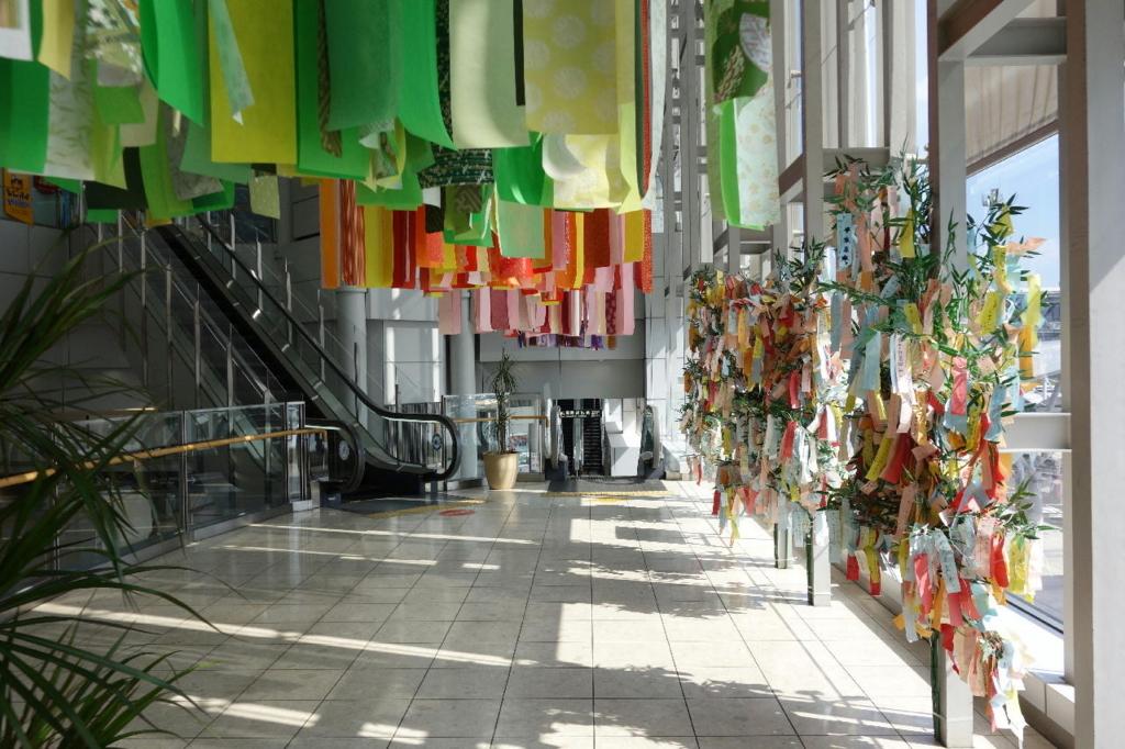 仙台国際空港ターミナルビル2階のエスカレーター付近に設置される七夕飾り