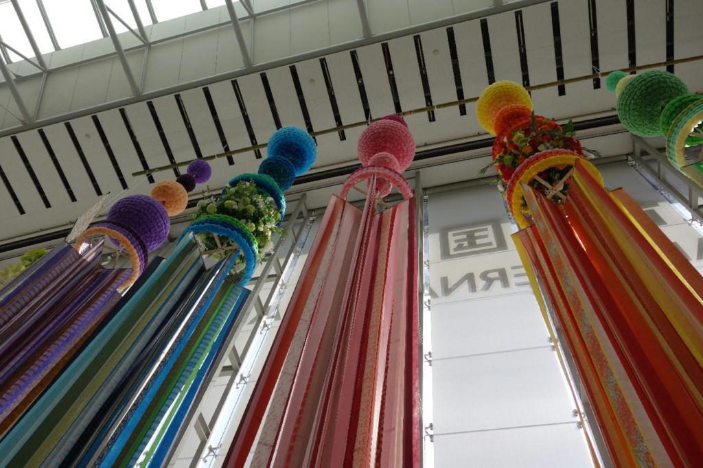 仙台国際空港ターミナルビル2階のエスカレーター付近に設置される大きな吹き流し