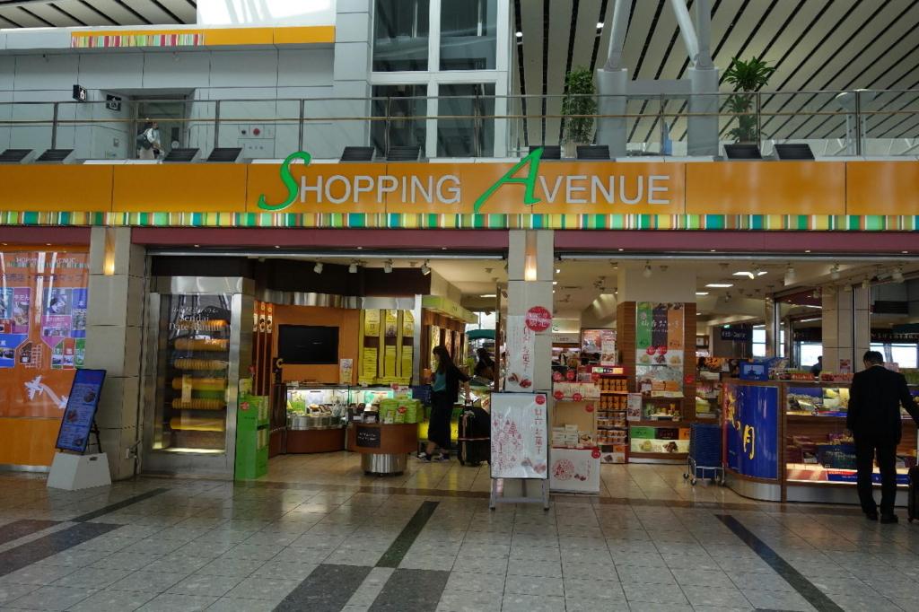 仙台国際空港ターミナルビル2階の商業施設付近(SHOPPING AVENUE)