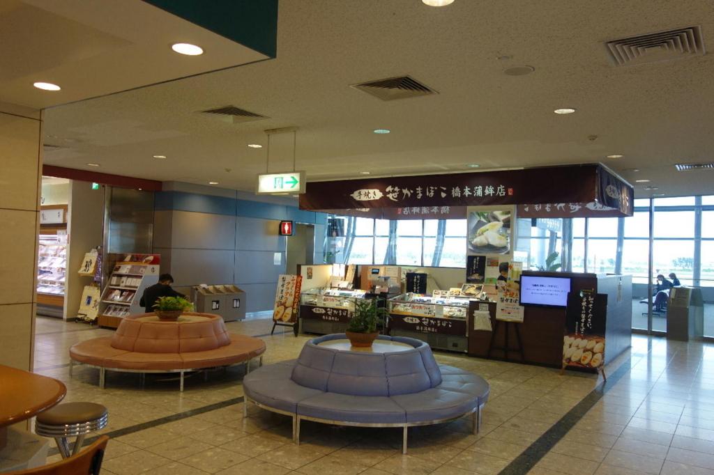 仙台国際空港ターミナルビル2階の商業施設付近に設置される休憩スペース