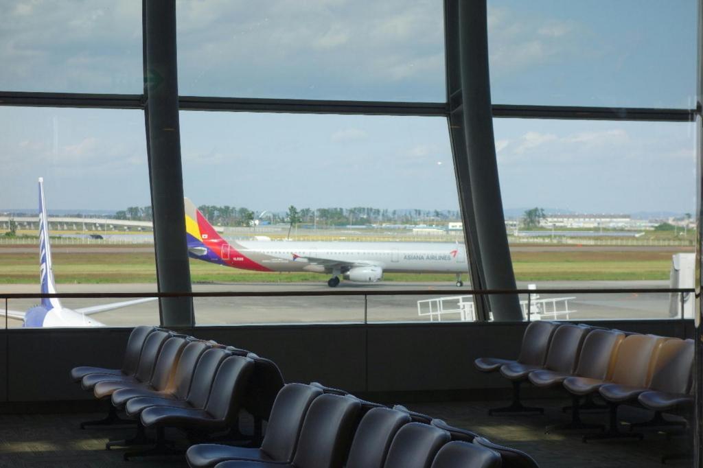 仙台国際空港ターミナルビル2階の商業施設付近から見えたアシアナ航空機