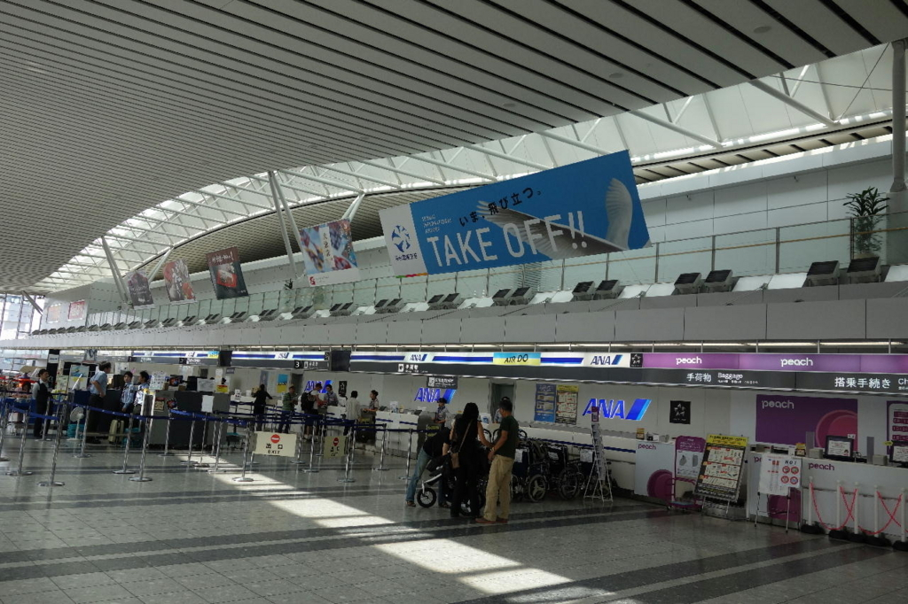 仙台国際空港ターミナルビル2階の国内線出発ロビーに掲示される空港民営化をアピールする幕