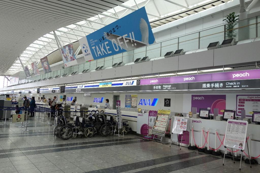 仙台国際空港ターミナルビル2階の国内線出発ロビー(各航空会社カウンター)