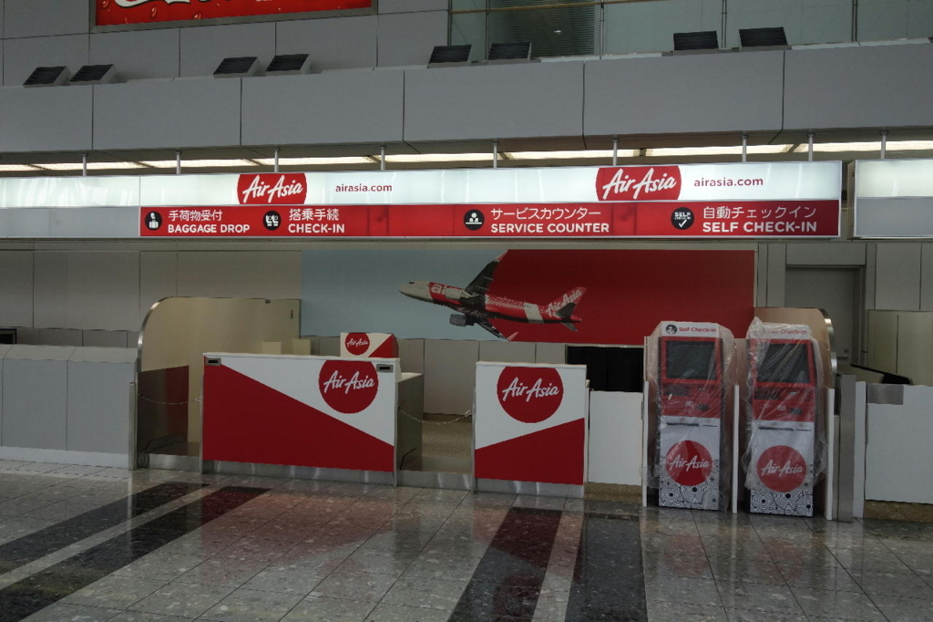 仙台国際空港ターミナルビル2階の国内線出発ロビー(エアアジアカウンターの真新しいチェックイン機)