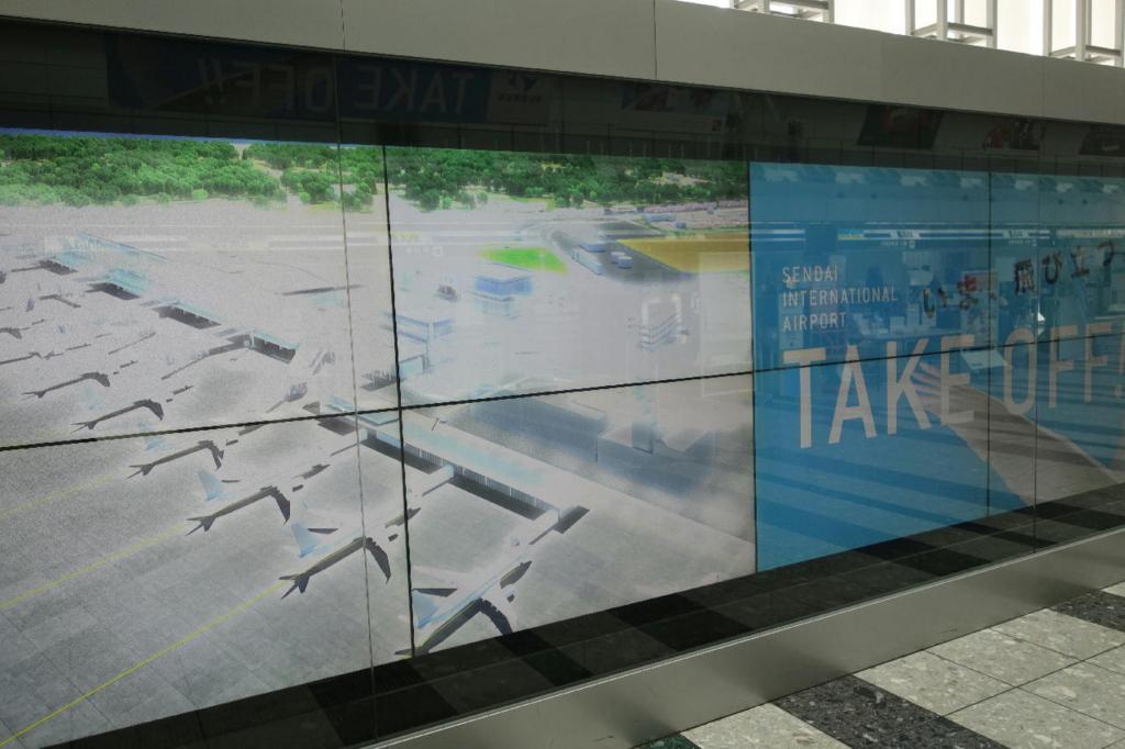 仙台国際空港ターミナルビル2階のフロア全般(大型ビジョンに流れる民営化のアピール映像別画面)