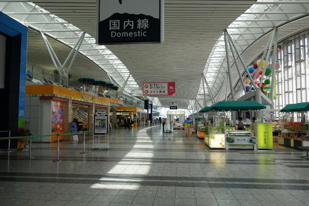仙台国際空港ターミナルビル2階のフロア全般(国内線出発ロビー付近)