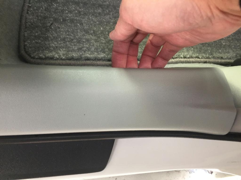 ZVW30プリウスの後部席側スカッフプレート(取り外す工程)