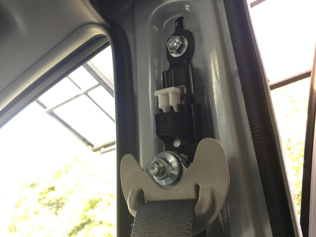 ZVW30プリウスのBピラーに取り付けられるシートベルトの固定器具