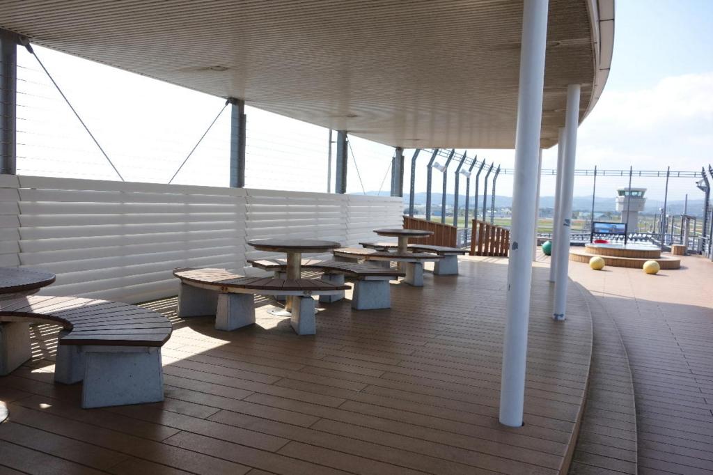 仙台国際空港の屋上展望デッキ(屋根付きベンチ)