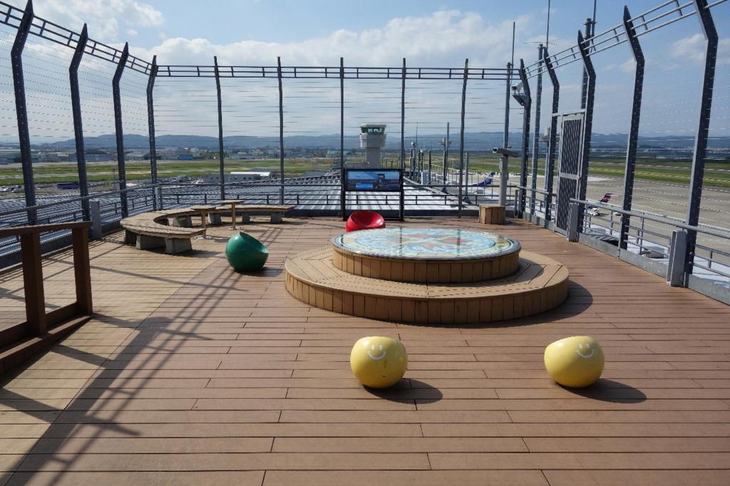 仙台国際空港の屋上展望デッキ(ベンチ)