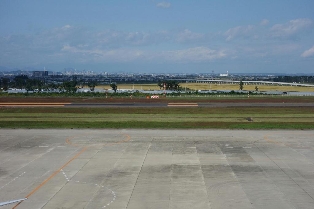 仙台国際空港の屋上展望デッキ(仙台市街方面の風景)