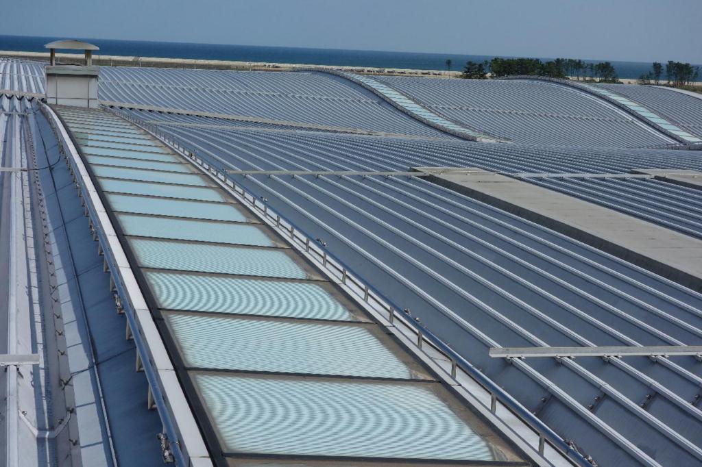 仙台国際空港の屋上展望デッキから見る特徴的な波打ちデザインの屋根