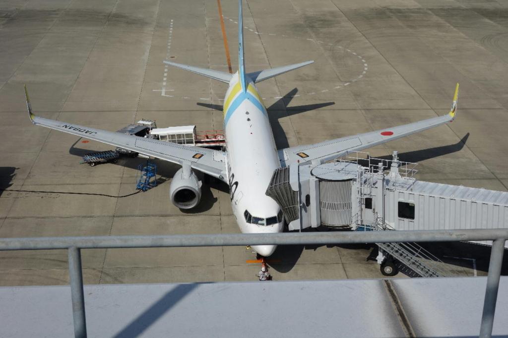 仙台国際空港の屋上展望デッキから見る駐機場(AIR DO機)