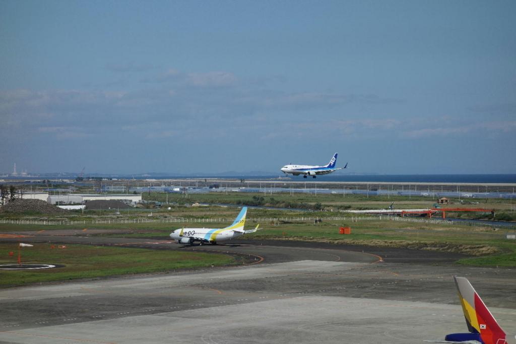 仙台国際空港の屋上展望デッキから見る駐機場(ANA機)
