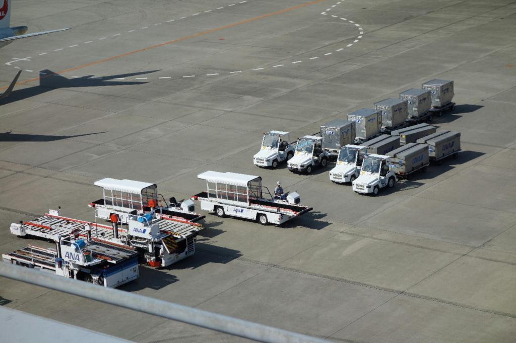 仙台国際空港の屋上展望デッキから見る駐機場(待機中のカーゴ)