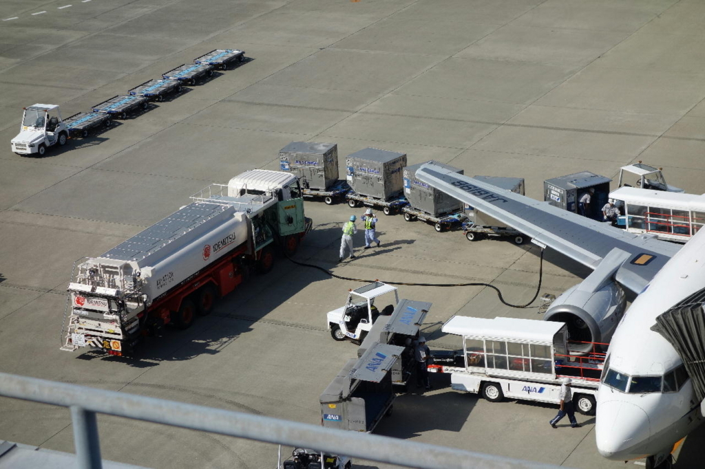 仙台国際空港の屋上展望デッキから見る駐機場(燃料を補給する作業車)