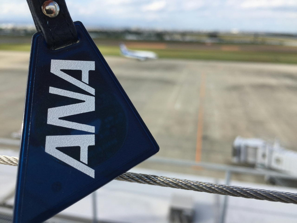 仙台国際空港の屋上展望デッキからANA機をバックにANA QUICPay+nanaco
