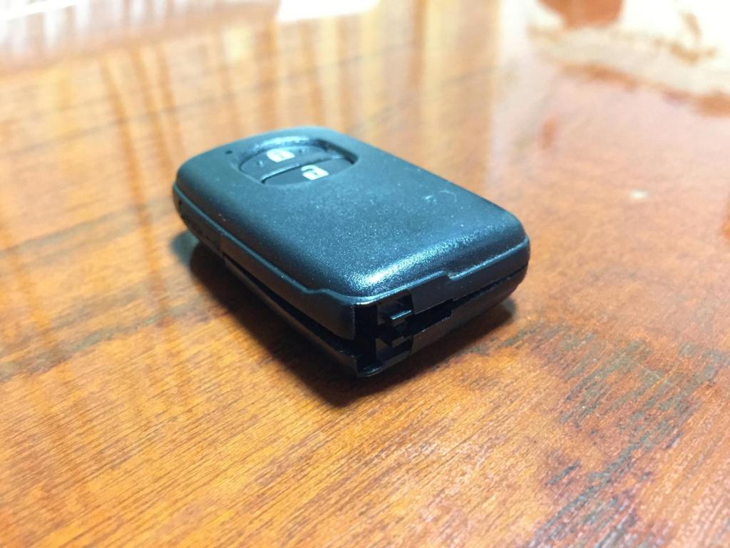 ZVW30プリウスのスマートキー(蓋が少し開いた様子)