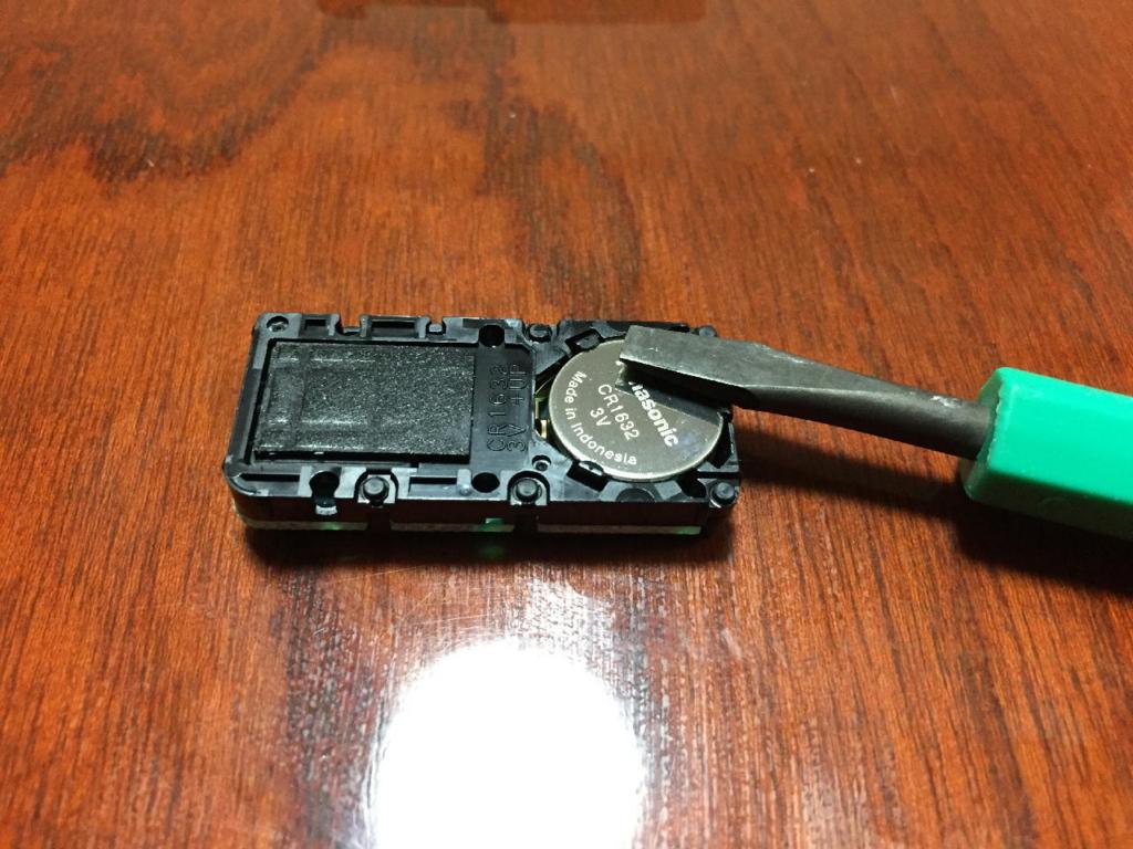 ZVW30プリウスのスマートキー(電池を交換している様子)
