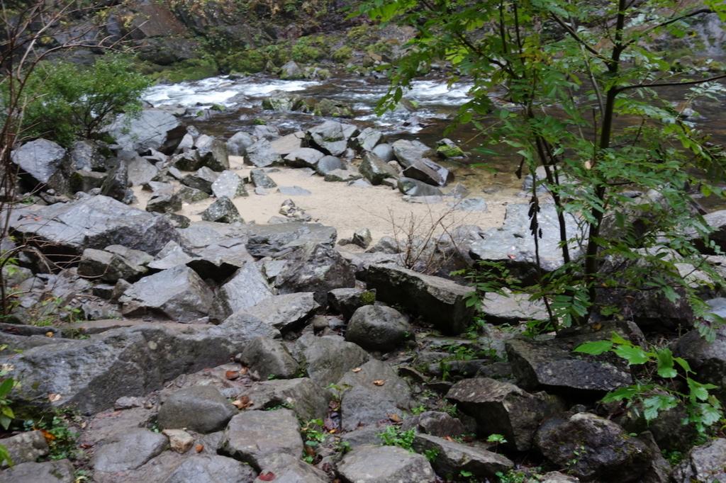 秋保大滝滝壺への道(滝壺にあるゴツゴツとした石)