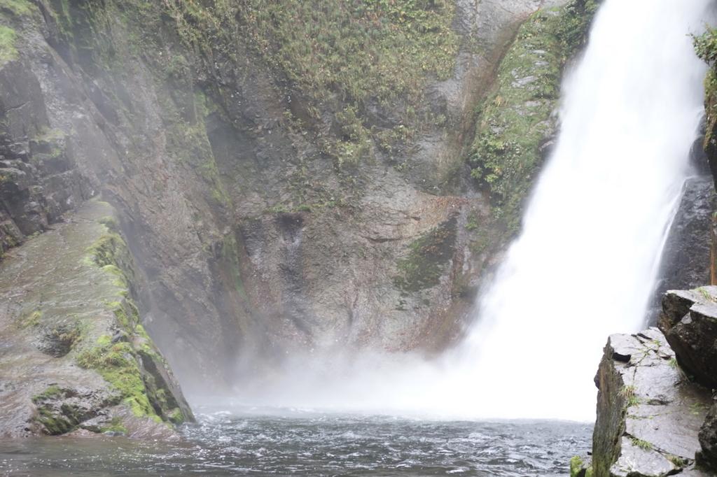 秋保大滝滝壺への道(凄まじい勢いの水しぶき)