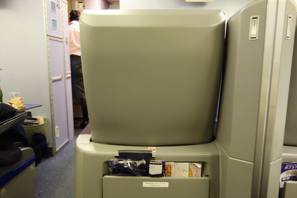 ANA740便のプレミアムクラスのシート裏(平成30年1月18日)