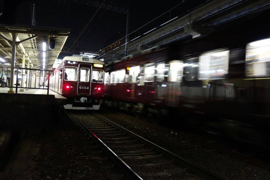 阪急電鉄蛍池駅のホームに停車する電車