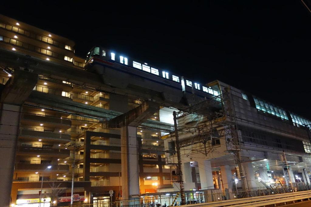ホテルつじ井前から見た夜に走行する大阪モノレール