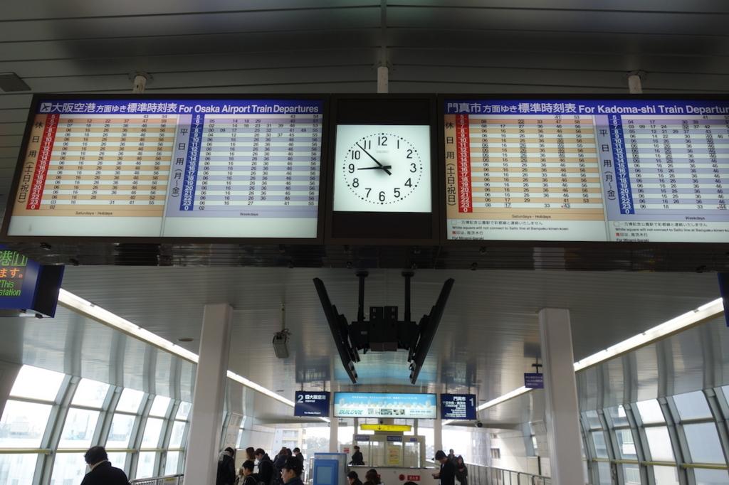 大阪モノレールの蛍池駅(ホーム時刻表)